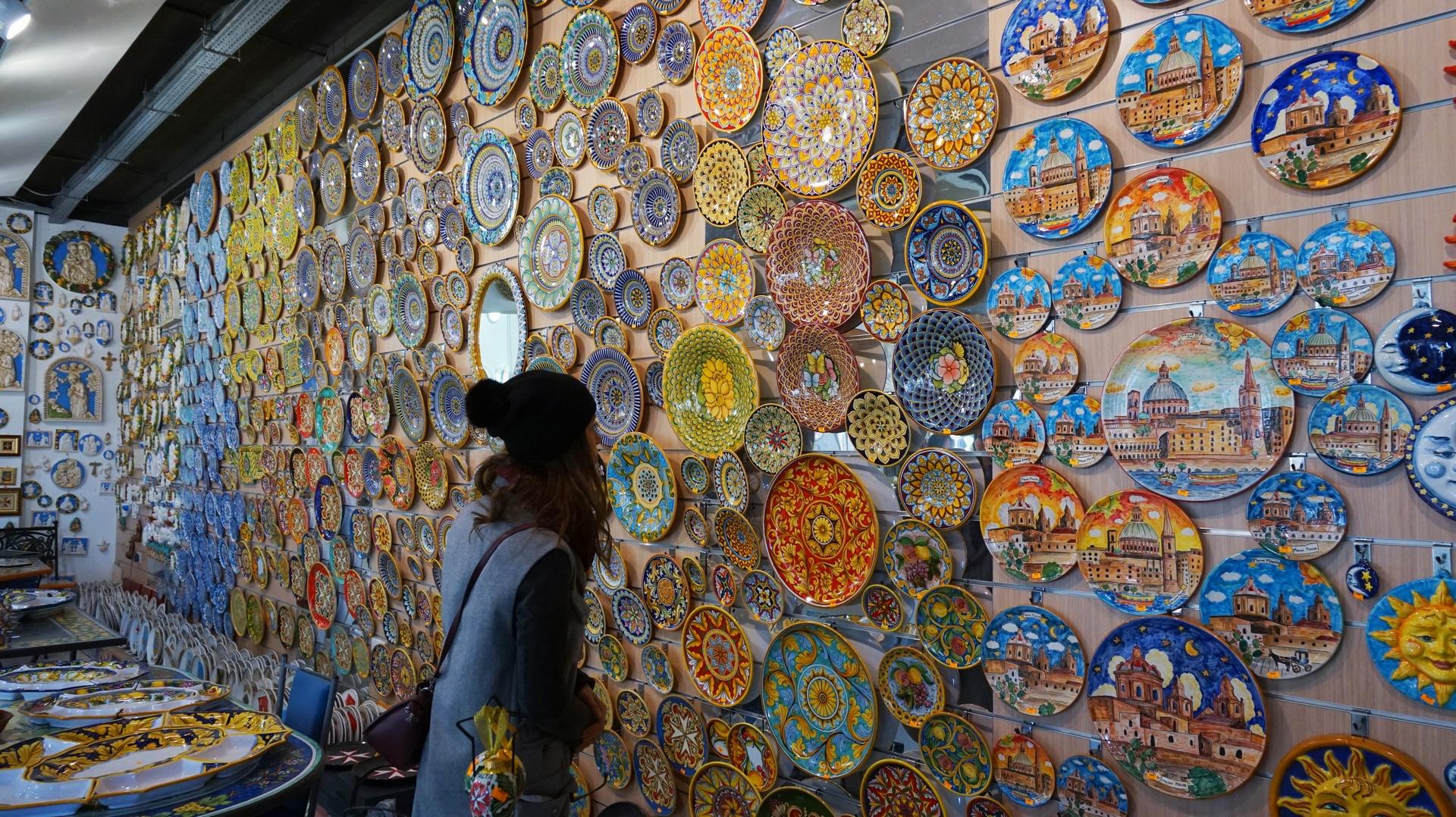 Ręcznie malowane talerze w wiosce rzemieślniczej Ta'Qali niedaleko Mdiny, Malta | Sway the way