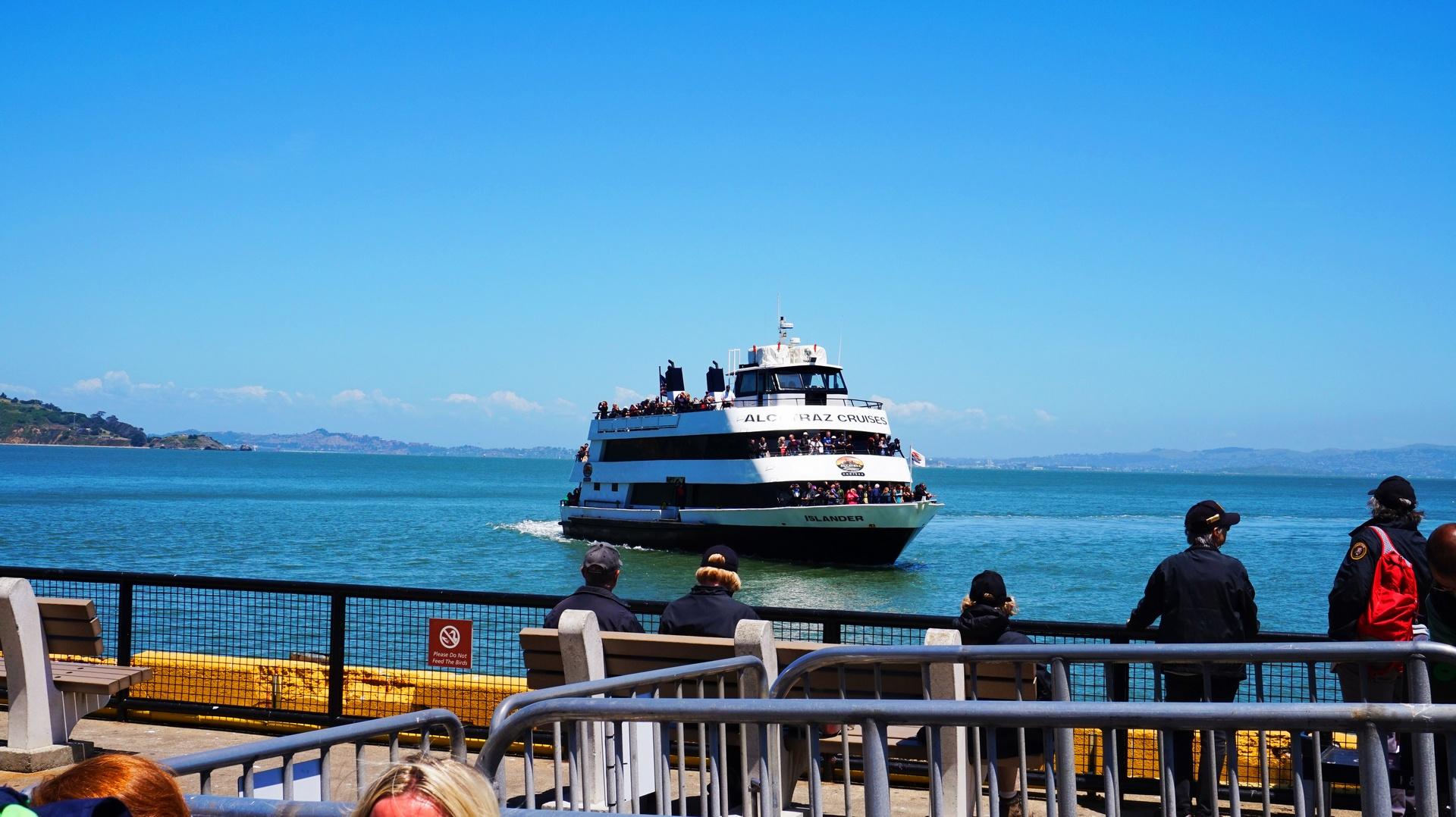 Prom kursujący na trasie San Francisco - Alcatraz, USA | Sway the way