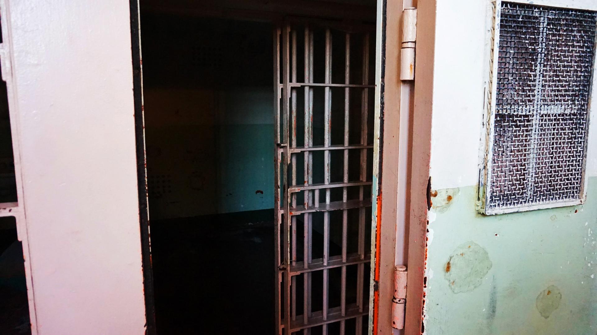 Widok na cele w więzieniu Alcatraz, San Francisco, USA | Sway the way