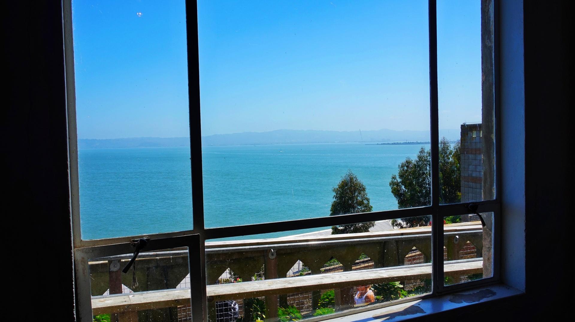 Widok na ocean z więzienia w Alcatraz, San Francisco, USA | Sway the way