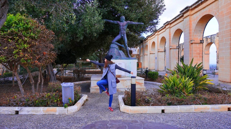 Julia przybiera pozę posągu w Valletcie, Malta   Sway the way