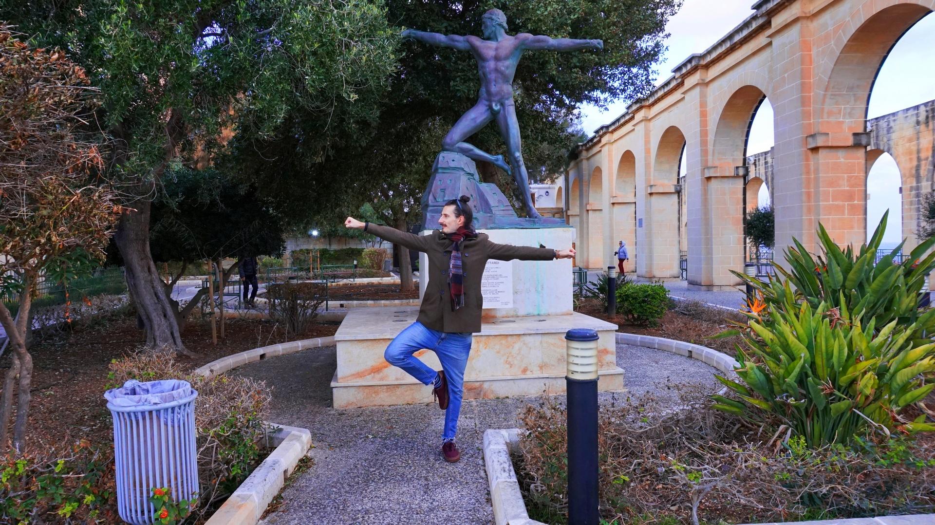 Przemek przybiera pozę posągu w stolicy Malty Valletcie, | Sway the way