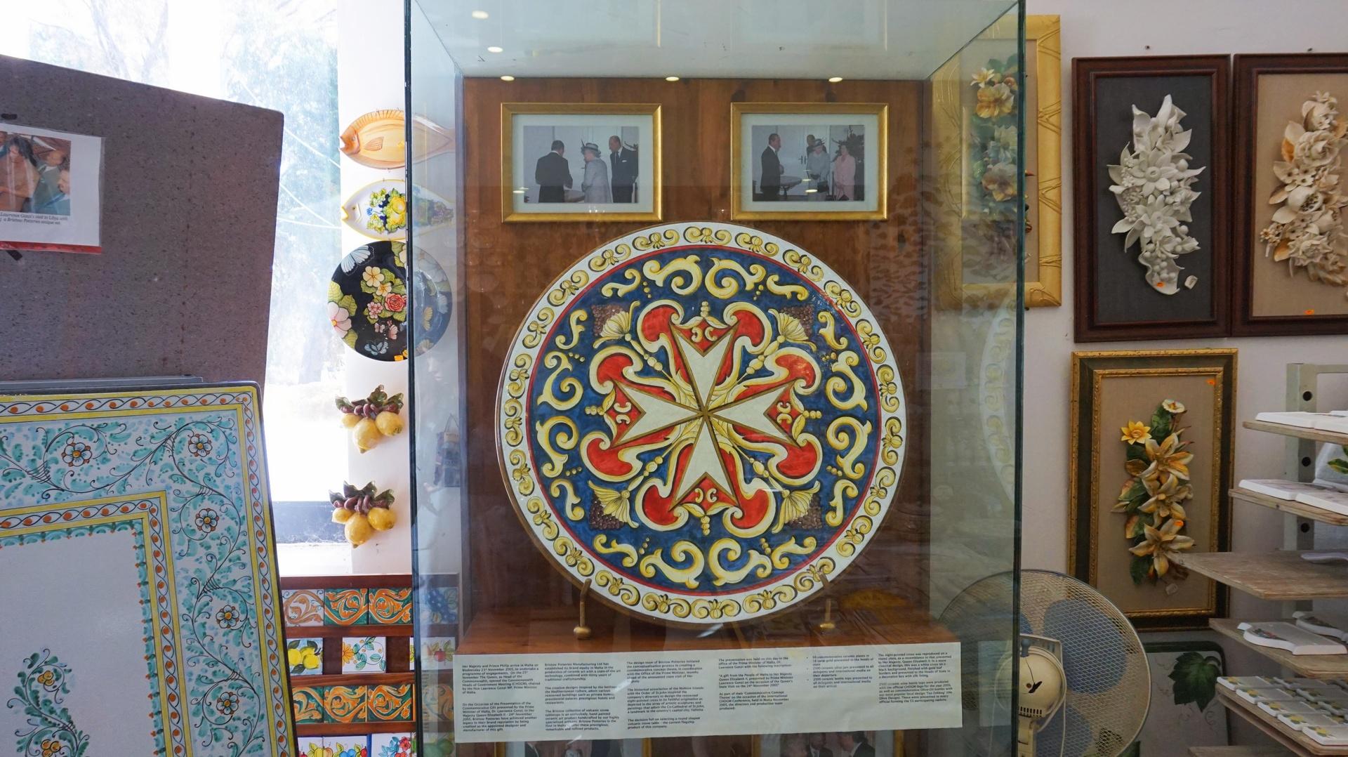 Ręcznie malowany talerz w wiosce rzemieślniczej Ta'Qali niedaleko Mdiny, Malta | Sway the way