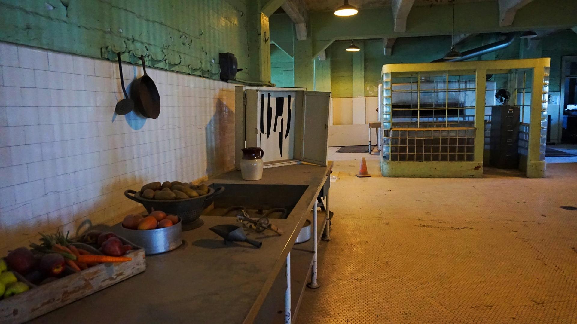 Kuchnia wraz z narysowanymi miejscami na noże w więzeniu Alcatraz, San Francisco, USA | Sway the way