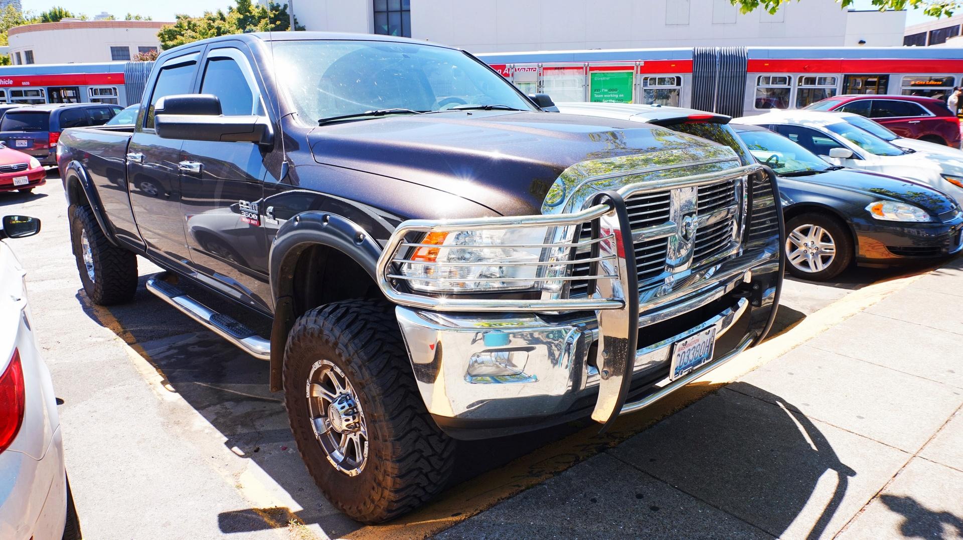 Dodge Pick-up w porcie w San Francisco, USA | Sway the way